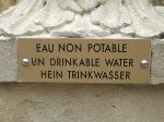 Schild an einem Brunnen (Sprachspielereien)