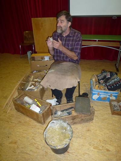 Archäologe Lothar Breinl mit einem Feuerstein
