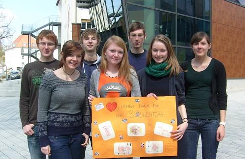 Teilnehmer des P-Seminars mit dem Dankeschön- Plakat der Kinder vom Kindergarten St. Andreas in Fronberg