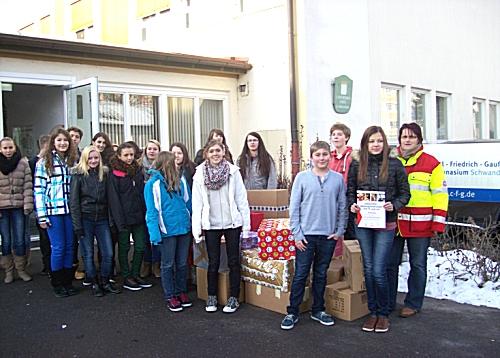 Im Rahmen der Johanniter-Weihnachtstruckeraktion forderte die Klasse 9d mit ihrem Lehrer Herrn Glöckl die Klassen dazu auf, Pakete für die hilfsbedürftigen Menschen in Osteuropa zu schnüren.