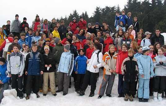 Skifahrer und Snowboarder am Pröller