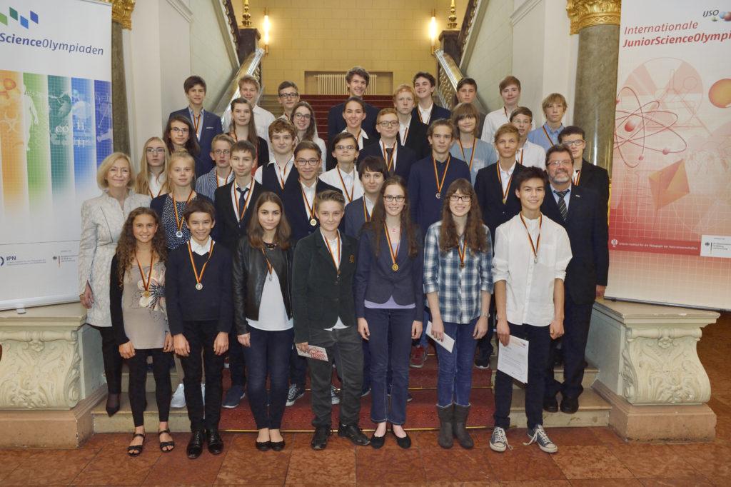 Festveranstaltung und Siegerehrung zur 13. Internationalen JuniorScienceOlympiade (IJSO) im Ständehaus von Merseburg. Gruppenaufnahmen der Ausgezeichneten. Gruppenaufnahme aller Olympiadeteilnehmer in Merseburg.